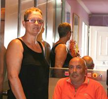 Carmen y Santiago en su nuevo elevador